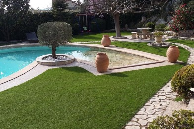 Création en pelouse artificielle : Gazon synthétique contours de piscine et jardin