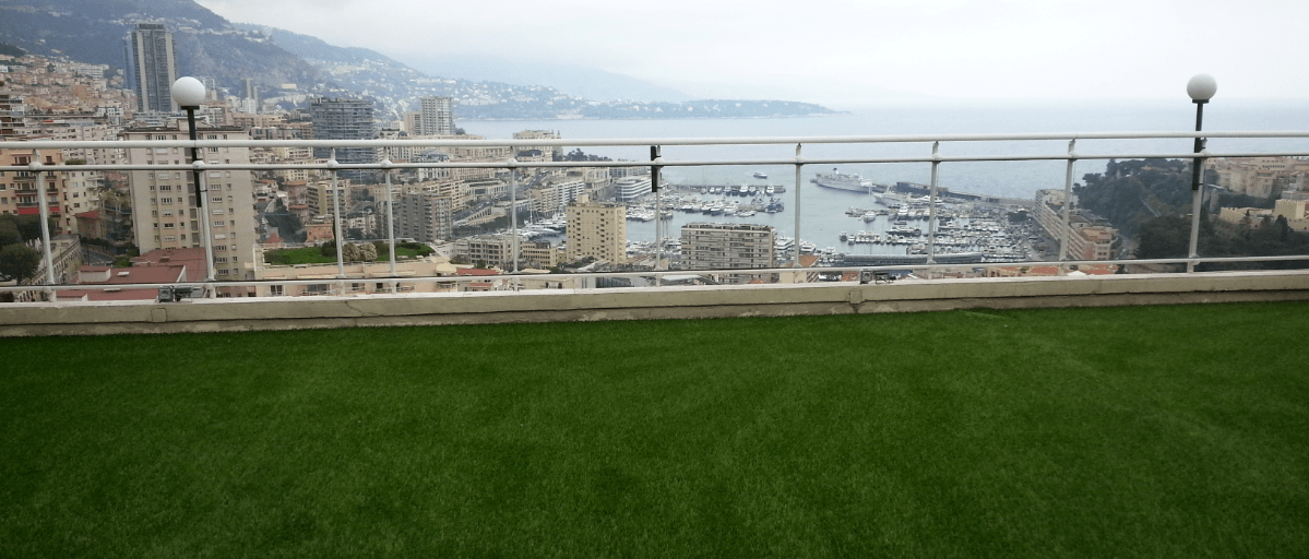 R alisation azurio du gazon artificiel pour votre terrasse for Poser du gazon artificiel