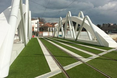 Création en pelouse artificielle : Pelouse artificielle pour tramway