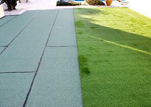 Poser de l'herbe synthétique sur sa terrasse