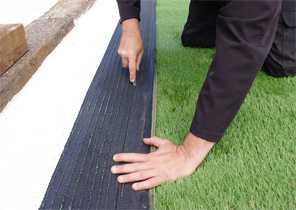 Émargement de la lisière d'une pelouse synthétique