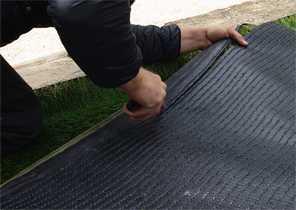 Émargement de la lisière d'une pelouse synthétique 3