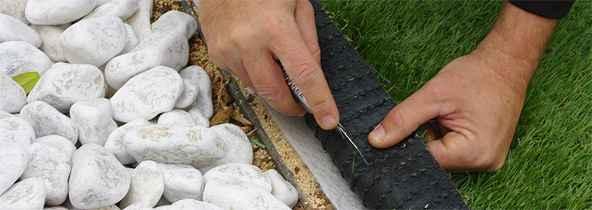 Positionner vos lés de fausse pelouse et réaliser les découpes en bordure 1