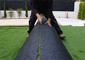 Positionner vos lés de fausse pelouse et réaliser les découpes en bordure 2