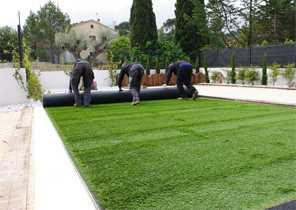 Positionner vos lés de fausse pelouse et réaliser les découpes en bordure 3