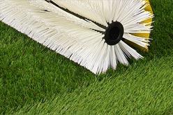 Entretien et nettoyage du gazon synthétique