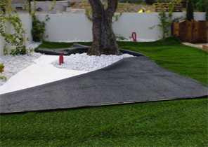 Gérer les obstacles qui se trouvent au milieu du gazon : troncs d'arbres, éléments de décoration, rochers etc... 2