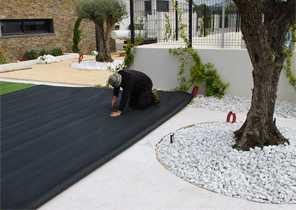 Gérer les obstacles qui se trouvent au milieu du gazon : troncs d'arbres, éléments de décoration, rochers etc... 1