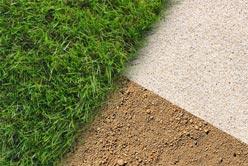 Pose de la fausse pelouse sur sol meuble