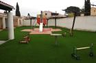 Jeux pour enfants posés sur de la pelouse artificielle