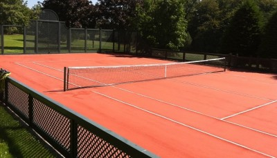 gazon-artificiel-tennis-de-couleur-rouge