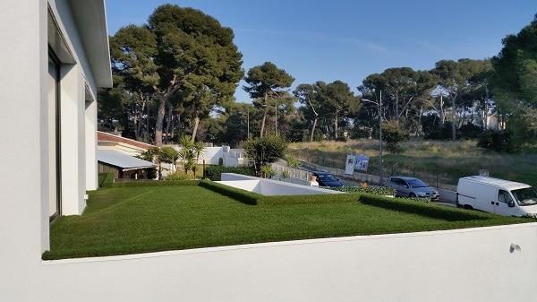Illustration de Gazon synthétique pour terrasses, balcons et toitures végétales