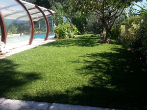 Illustration de De la pelouse artificielle pour vos contours de piscine et jardin