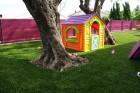 Maisonnette d'enfants sur du gazon synthétique