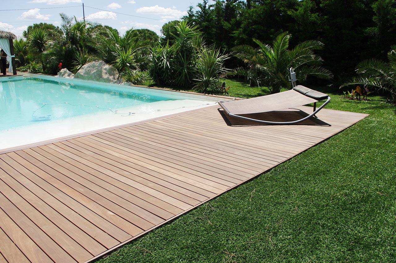 Pelouse synthétique près d'une piscine à Antibes