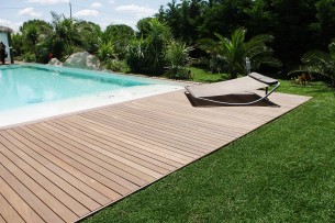 Création en pelouse artificielle : Jardin près de la piscine
