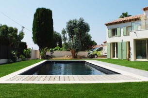 Création en pelouse artificielle : Gazon synthétique à Béziers, votre nouveau décor livré posé !