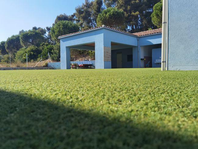 Le gazon synthétique s'adapte à tous les types de sols durs