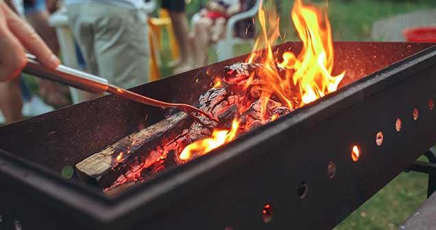 Feu, braise, barbecue et gazon synthétique