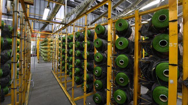 La fibre attend d'être cousue sur les trames de polypropylène
